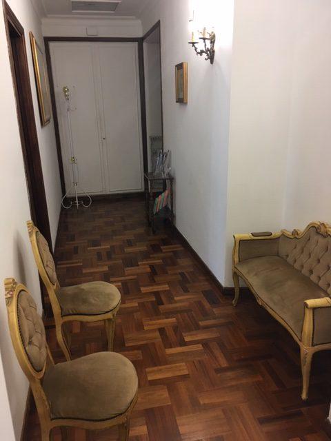 Vista corridoio Associazione Logos Roma con sedie e divano