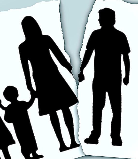 Foto famiglia strappata che simboleggia divorzio