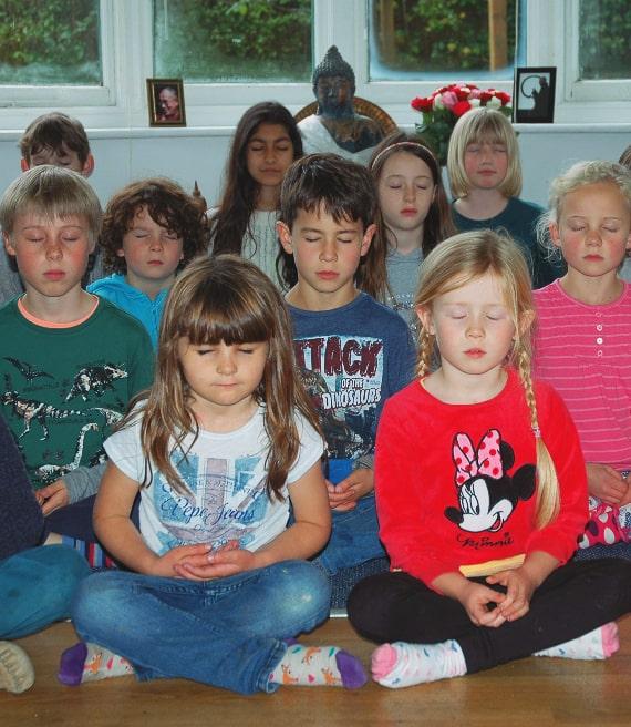 Gruppo di bimbi fa meditazione