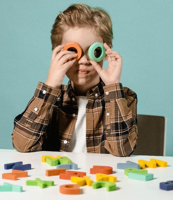 Bambino gioca con lettere alfabeto